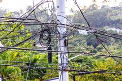 坏缆绳管理 被缠结的comunication导线 免版税库存图片