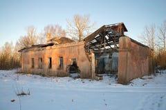破坏被放弃的修造的公开浴在一个1月晚上 运作的村庄俄属北美,开采在的泥煤 库存图片