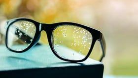 坏视觉概念 许多在镜片的小滴中断了肉眼对看见或决定 库存照片