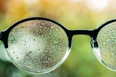 坏视觉概念 许多在镜片的小滴中断了肉眼 库存图片