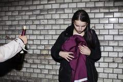 坏邻里影响概念:生活方式少年与酗酒,饮用的藤在晚上,真正的吸毒者青少年的女孩 免版税库存照片