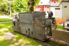 坏Gastein,奥地利- 2017年6月09日:在前面的老矿用汽车 免版税库存图片