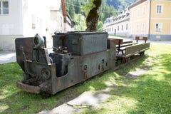 坏Gastein,奥地利- 2017年6月09日:在前面的老矿用汽车 免版税库存照片