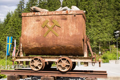 坏Gastein,奥地利- 2017年6月09日:在前面的老矿用汽车 库存照片