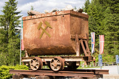 坏Gastein,奥地利- 2017年6月08日:在前面的老矿用汽车 库存图片
