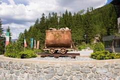 坏Gastein,奥地利- 2017年6月08日:在前面的老矿用汽车 库存照片