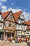坐一家餐馆外的人们在Celle 免版税库存照片