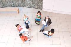 坐下与讲师的组学员 免版税图库摄影