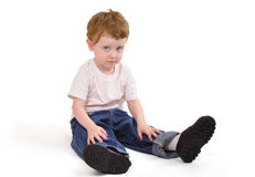坐下生气年轻人的男孩 免版税库存照片