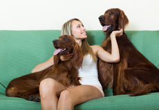 坐与两个爱尔兰人的特定装置的愉快的妇女 库存图片