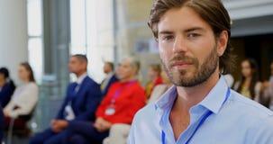 坐与他的在企业研讨会4k的膝上型计算机的商人 股票视频