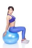 坐与健身球的妇女 免版税库存照片