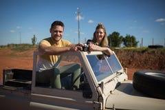 坐与在汽车的一台照相机一起的夫妇 免版税图库摄影