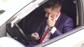 坐与在汽车的电话的人特写镜头 股票视频