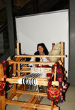 坐与妇女的传统晚上转动的羊毛 免版税库存图片