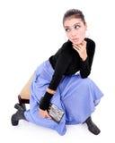坐与性感的姿势的美丽的少妇和运载一个钱包 图库摄影