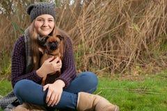 坐与我的狗的草 库存图片