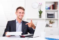 坐与文件的商人在办公室 库存图片