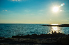 坐与沿着走-2的太阳的岩石 免版税库存照片