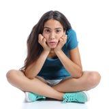 坐与盘的腿的乏味少年女孩 免版税图库摄影