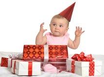 坐与礼物的女婴 免版税库存图片