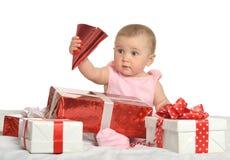 坐与礼物的女婴 免版税库存照片
