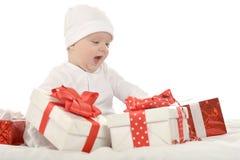 坐与礼物的男婴 免版税库存图片
