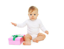 坐与礼物盒的甜婴孩 图库摄影