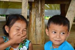 坐为的儿童老挝人民在房子里拍照片 免版税库存图片