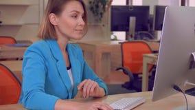 坐书桌工作日的快乐的工作者 影视素材