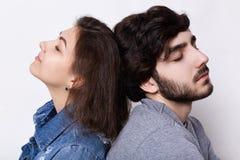 坐势均力敌放松与他们的眼睛的一对年轻行家夫妇在家关闭了 有胡子的有男人和可爱的妇女休息 免版税库存照片