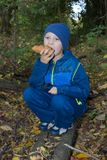 坐吃小圆面包 免版税库存照片