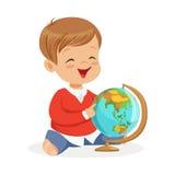 坐和使用与地球的微笑的小男孩 学会世界五颜六色的漫画人物传染媒介的孩子 皇族释放例证
