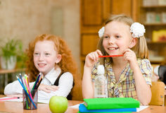 坐和学习在学校的小女孩 免版税库存图片