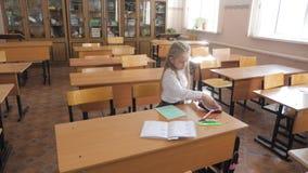 坐和学习在学校课程的小女孩 影视素材