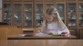 坐和学习在学校课程的小女孩 股票录像