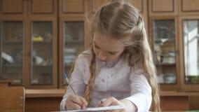 坐和学习在学校课程的小女孩 股票视频