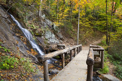 长凳和瀑布 库存图片