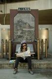 坐和看地图的旅客泰国妇女为旅行东京 图库摄影