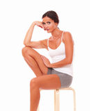 坐和看您的妇女 图库摄影