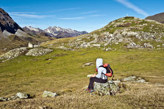 坐和观察Troumous马戏全景的女孩远足者 免版税图库摄影