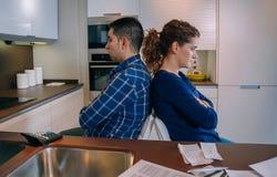 坐回到彼此的恼怒的夫妇在a以后 免版税库存照片