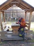 坐在一个木眺望台在桌上和饮料的游人从 免版税图库摄影