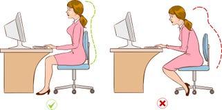 坐在一个符合人体工程学地正确计算机驻地的女孩 库存照片