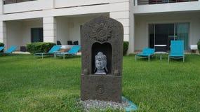 坐在一个象草的区域的西班牙雕象 免版税库存照片