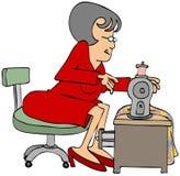 坐在一台缝纫机的裁缝 免版税库存图片