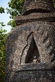坐在一座美丽的塔的一个人的佛教雕塑 在stupa安置的修士雕象在修道院 免版税库存图片