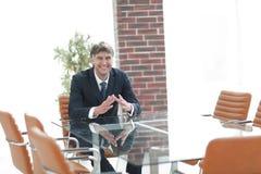 坐在一张桌上的项目负责人在一间空的会议室 库存图片