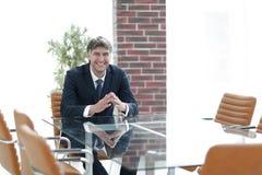 坐在一张桌上的项目负责人在一间空的会议室 免版税库存照片