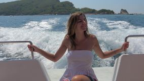 坐在一条浮动小船的一个相当少妇海上 股票视频